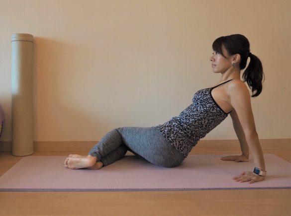 (2) 腰をねじるようにし、両ひざを右側に倒す