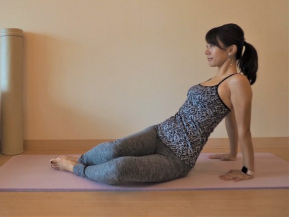 (3) (1)の姿勢に戻り、両ひざを左側に倒す