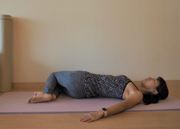 (1) ひざを立てた仰向けの姿勢をとり、前のストレッチと同様に両ひざを揃えて右・左に倒す