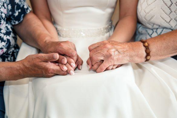 結婚式、新婦と祖母