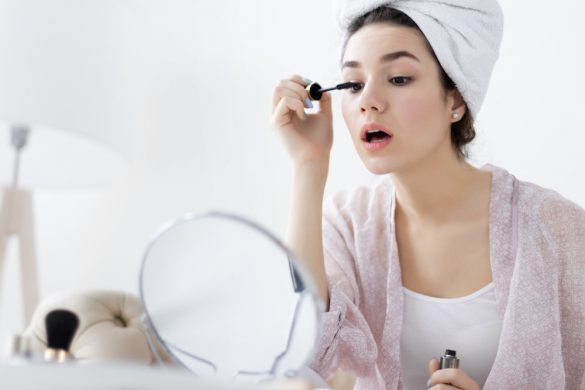 まつ毛美容液を塗る女性