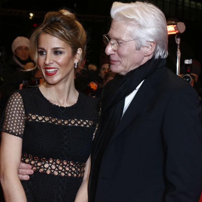 リチャード・ギア(右)と妻アレハンドラ・シルバ(左)