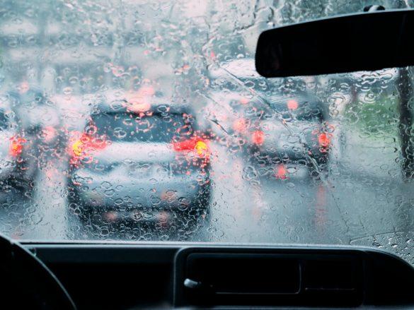大雨 車中