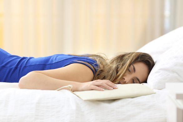 泥酔してベッドで寝てしまった女性