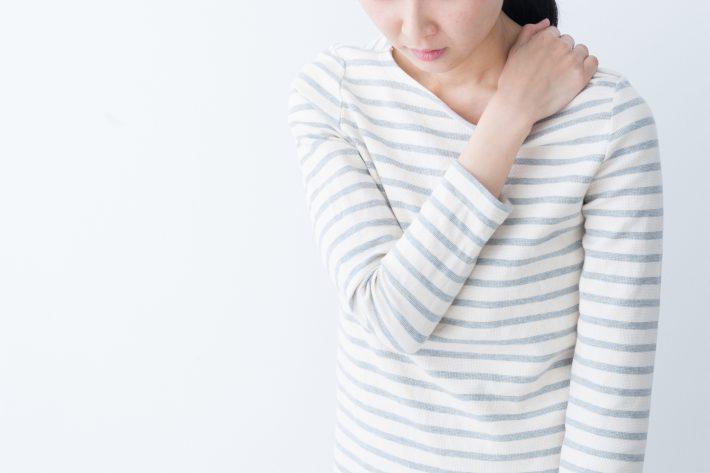 肩こりがひどい女性、原因は背骨かも