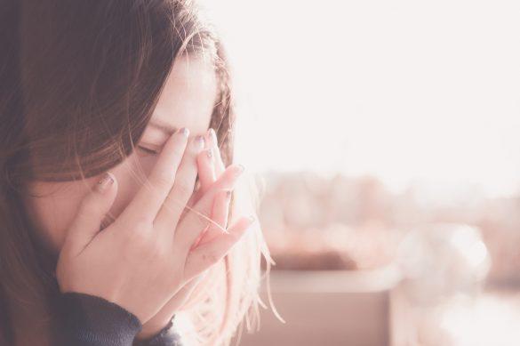 悲劇を回避する方法、母親に買ってに捨てられ悲しむ女性