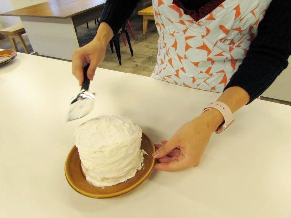 パンケーキにクリーム塗る