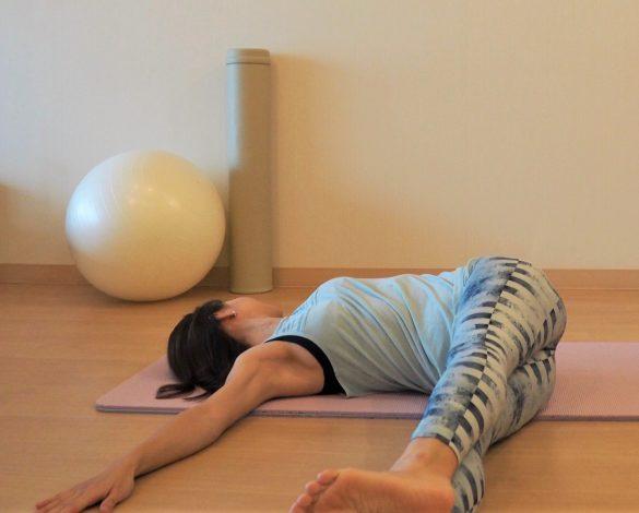 足を右に倒して床に下ろしたら、顔を左に向けて呼吸を5回