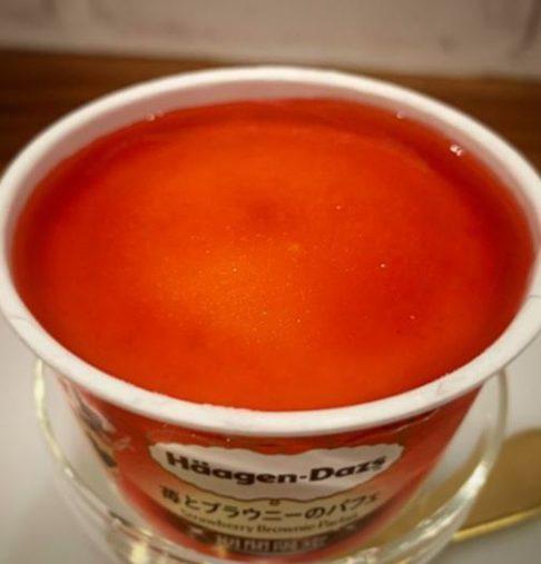 ハーゲンダッツ「ミニカップ 苺とブラウニーのパフェ」295円