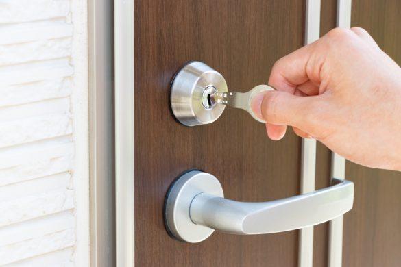 鍵を開ける ドア