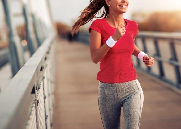 走る女性 ジョギング