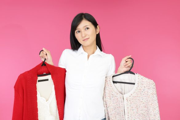 衣類を持つ女性