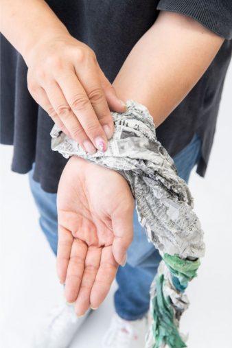 新聞をくしゃくしゃにして繊維をつぶす