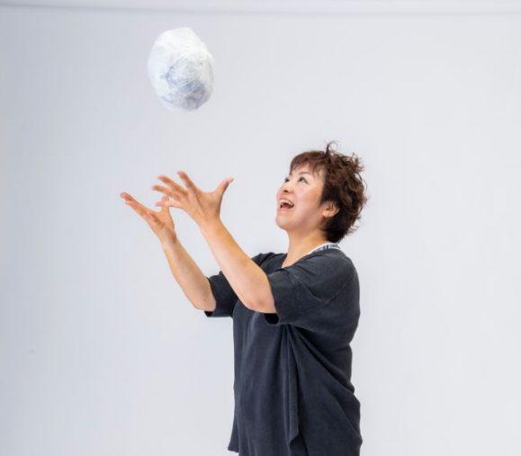 破った新聞紙をビニールのゴミ袋に詰めてボールにして遊ぶと気持ちがスッキリ!