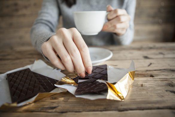 義理チョコを食べる女性