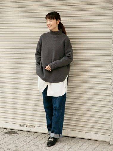レイヤードスタイル(重ね着)②ニットの裾から、大胆にビッグシャツをのぞかせる