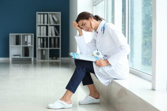 モンスターペイシェントに悩む医療現場で働く女性