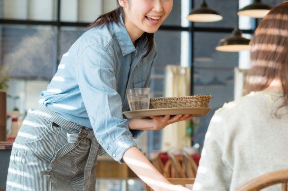 サービス業の女性。カフェの店員