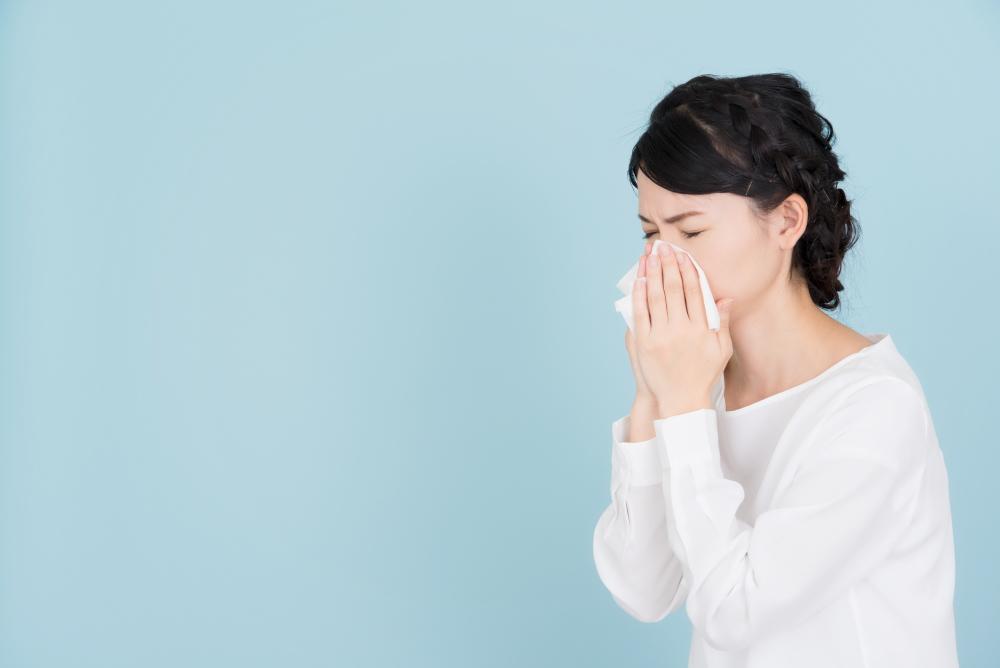 花粉症 くしゃみ・鼻をかむ女性