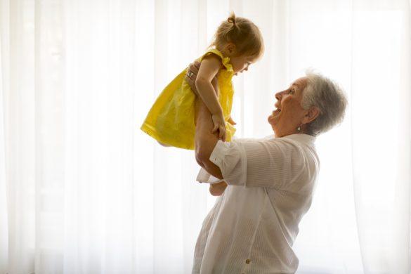 孫を抱く祖母