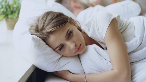 ベッドで不安がる女性