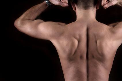 裸の男性の背中