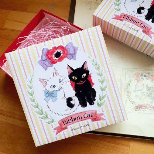 """""""Ribbon Cat""""という猫のキャラクターを描いているデザイナーの仲田愛美(@nakadamanami)さん宅の、全盲猫チャムくん"""