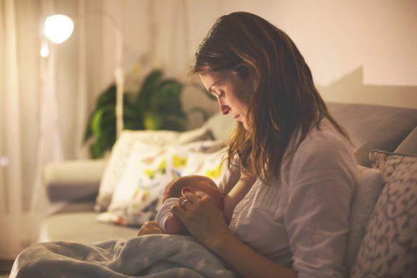 夜に授乳しているママ
