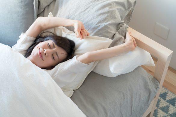 パジャマ 睡眠 ベッド 女性
