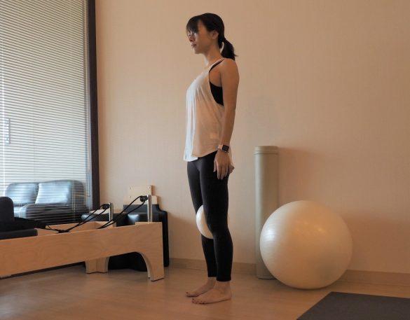 (1) 直立の姿勢でひざとひざの間にクッションを挟む
