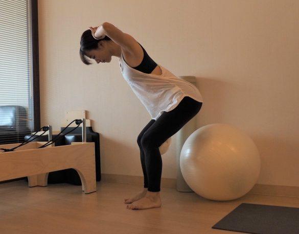 (2)両手を後頭部に添え、お尻をうしろに引くようにしながらひざを曲げる~5秒キープ×10回