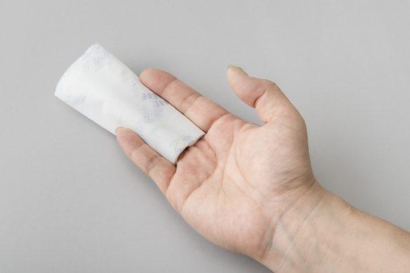 少量のトイレットペーパーで、お尻を拭く方法2