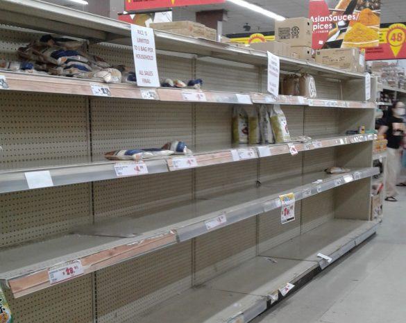 ガラガラになったスーパーの棚