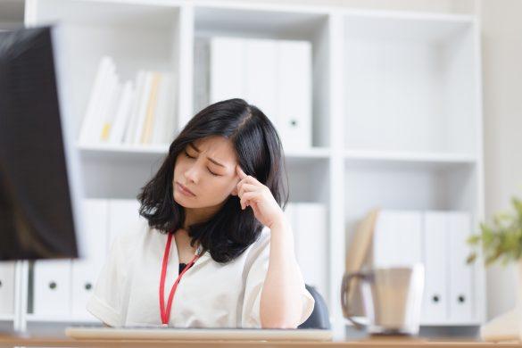 仕事に疲れ干ししいたけみたいになった女性