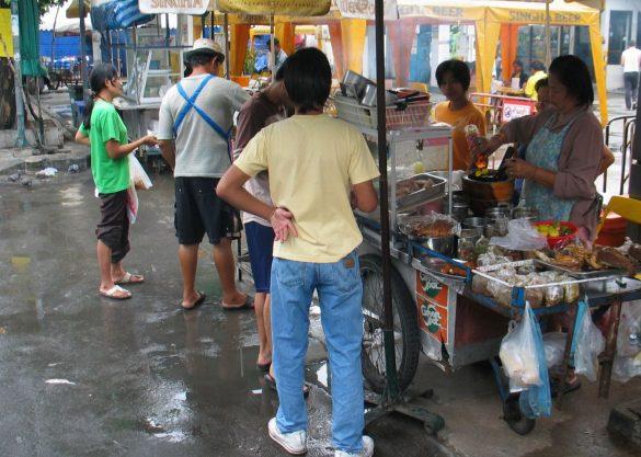 屋台が並ぶバンコクの街(新型コロナ禍より前に撮影)