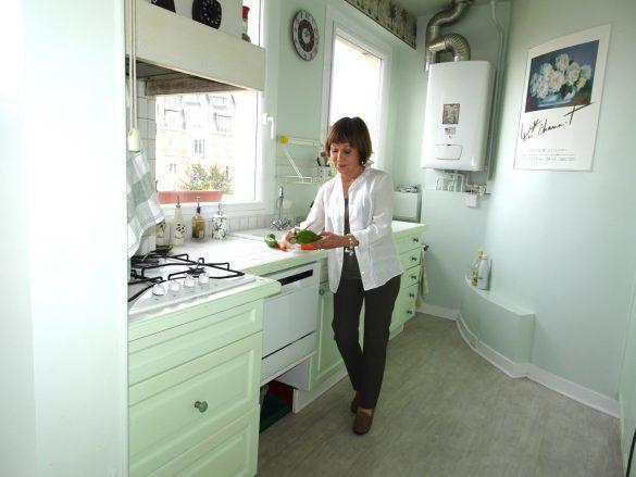 キッチンでお料理する弓さん