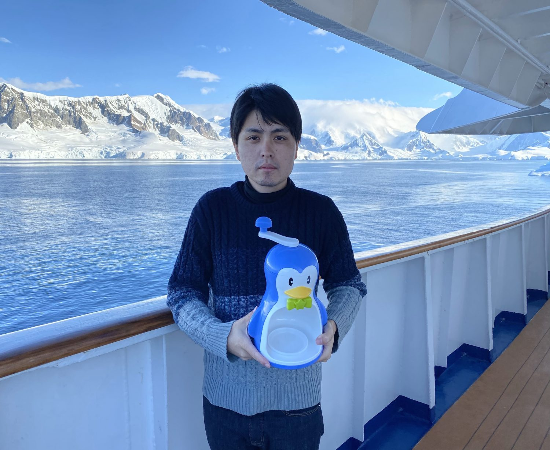 南極でかき氷を食べたり、キャンプをしたりした際の岡田悠さんとペンギン(かき氷器)