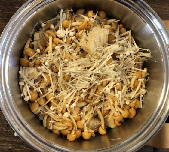 鍋にえのき茸、なめたけ、鷹の爪、すき焼きのタレを入れる。