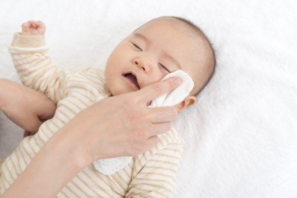 赤ちゃんの顔をガーゼで拭く
