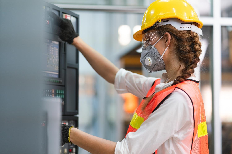 工場で働く人