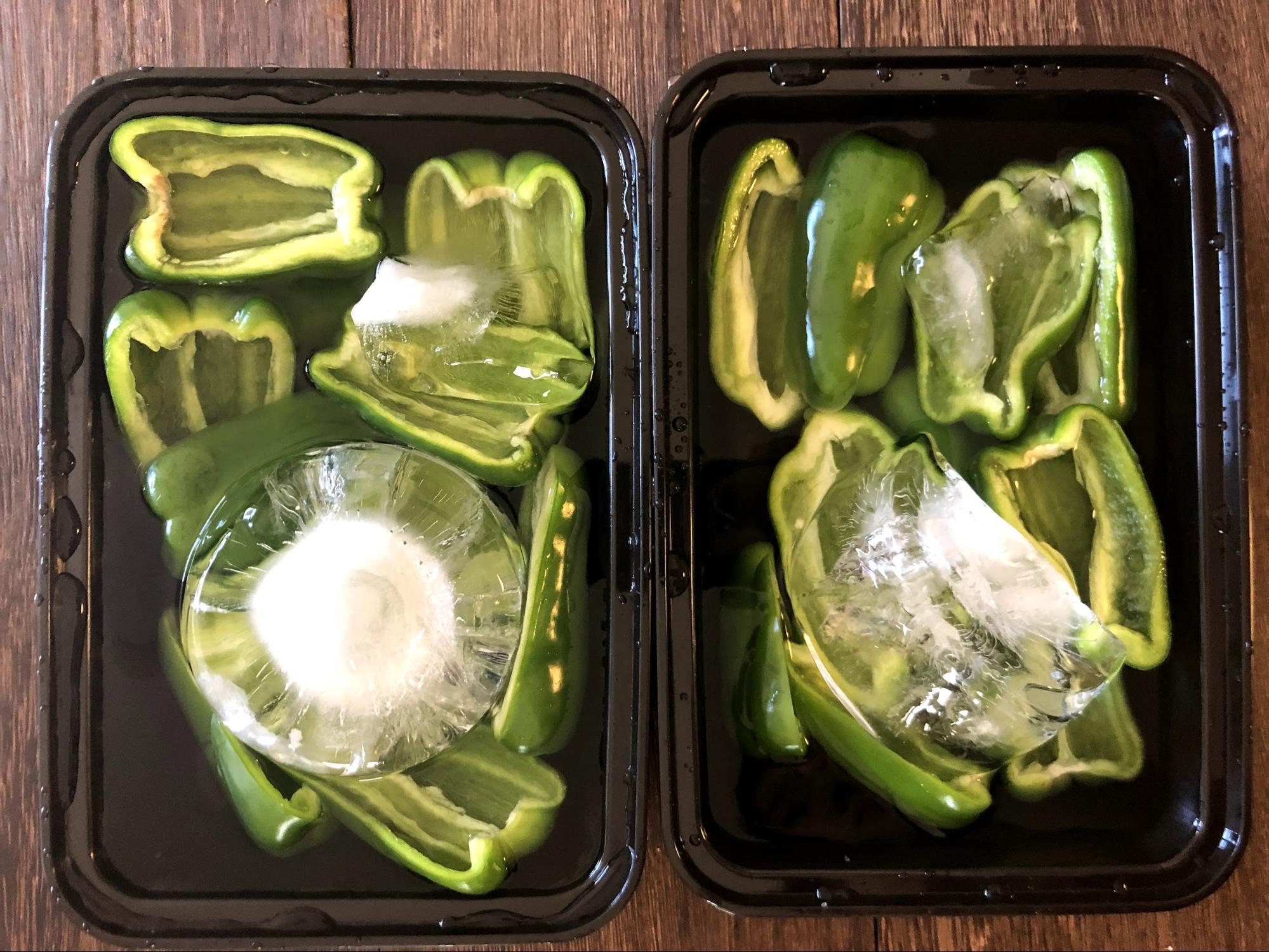清潔なタッパーに、ピーマン、水、氷を入れ、冷蔵庫へ