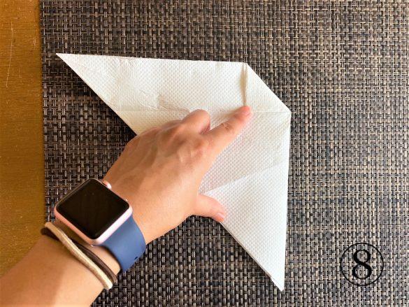 (8)右上部の角を折り目に合わせて手前に、小さな三角形になるように折る