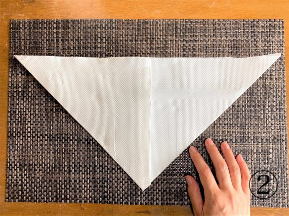 (2)左側も同じように折り、逆三角形に