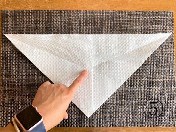 (5)逆三角形に戻し、中央部分にしっかりと折り目が付いていることを確認