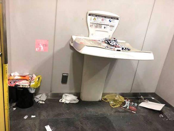 ゴミだらけのトイレ1