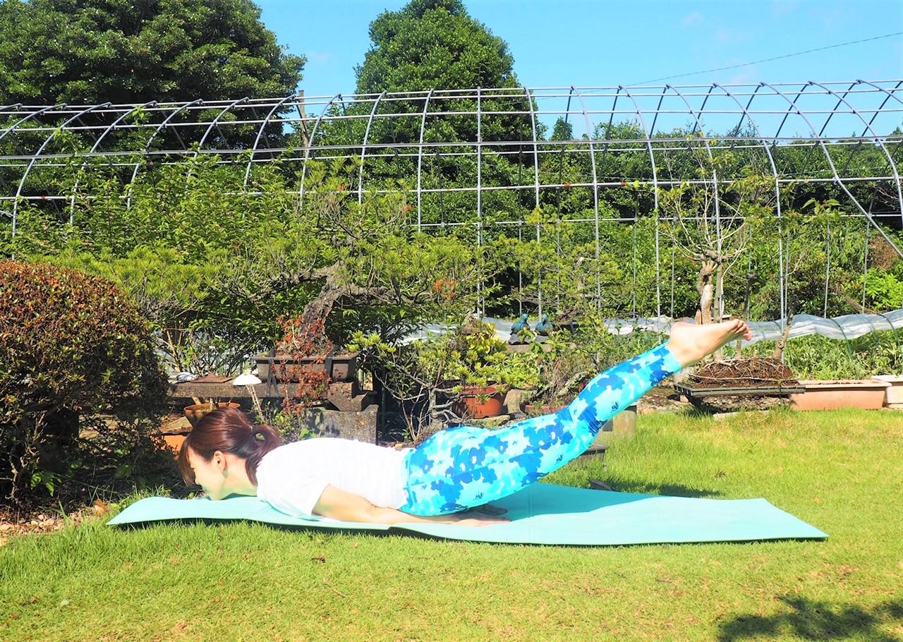 (3)腕と胸で床を押し、足をさらに高く持ち上げる~呼吸を5回以上繰り返す