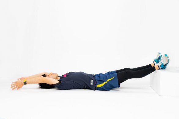 2. 膝を伸ばした状態でかかとを台の上に乗せます