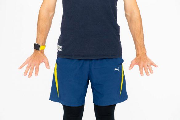 1. 腕をまっすぐおろして、手首を前側に曲げながらゆっくりと指を伸ばします。