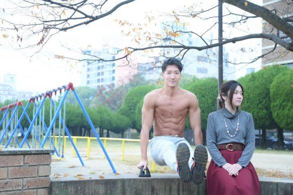 「デート中に公園で一休みするマッチョ」