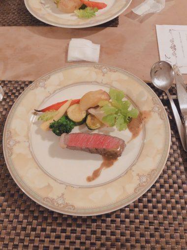 コース料理の一品『和牛イチボ肉のロースト マスタードソース』